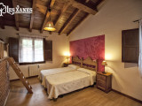 Habitación con dos camas y altillo
