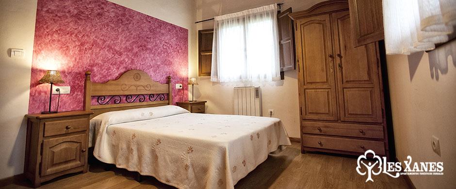 Habitación amplia con cama de matrimonio